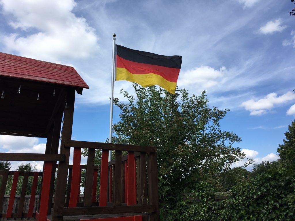 Deutschland Flagge im Garten