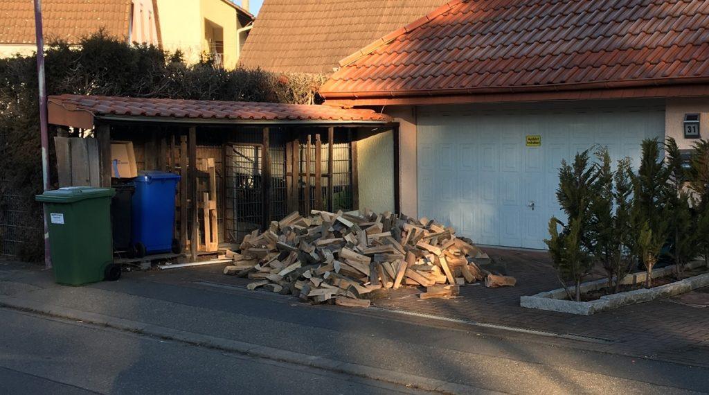 Brennholz in der Einfahrt