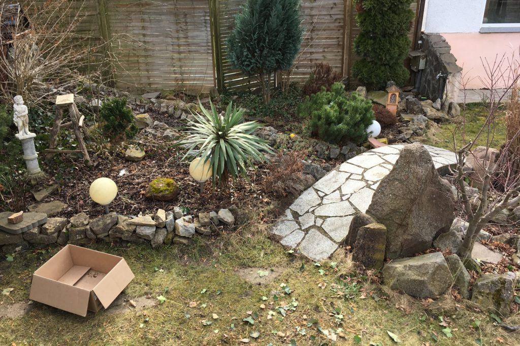 Bachlauf im Garten nach dem Winter