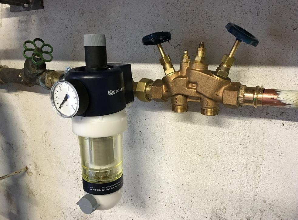 Wasserfilter und Anschluss Block in die Wasserleitung eingebaut